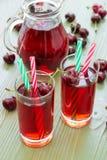 两杯樱桃汁 免版税库存图片