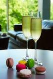 两杯汽酒或香槟在桌上 免版税库存照片