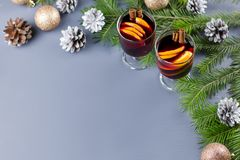 两杯热的被仔细考虑的酒用香料和切的桔子 与蜡烛和装饰的圣诞节饮料 顶视图 免版税库存照片