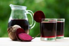 两杯甜菜汁和水罐 免版税库存照片