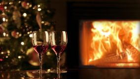 两杯由壁炉的红酒 在壁炉附近的浪漫圣诞节晚上 股票视频
