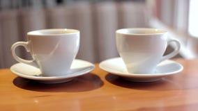 两杯白色咖啡特写镜头 影视素材