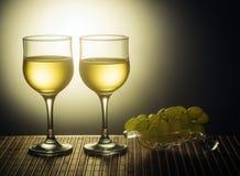两杯白葡萄酒和葡萄 免版税库存照片