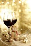 两杯红葡萄酒,姜饼人 免版税库存图片
