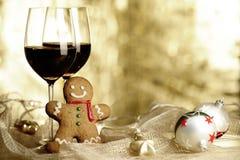 两杯红葡萄酒,姜饼人 免版税库存照片