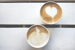 两杯纸咖啡外带在与拷贝空间的木桌上 顶视图 库存图片