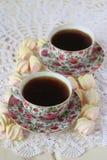 两杯茶和蛋白软糖在鞋带桌布 库存照片