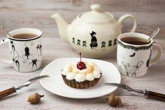 两杯茶和蛋糕在桌上 免版税库存图片