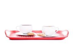 两杯茶用在盛肉盘的曲奇饼 免版税库存照片