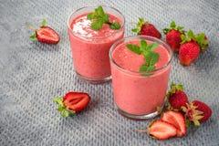 两杯草莓圆滑的人 免版税库存照片