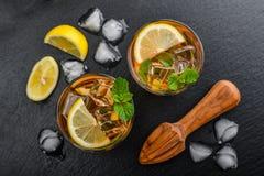 两杯被冰的甜柠檬水 库存图片
