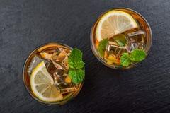 两杯被冰的甜柠檬水 免版税库存图片