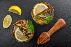 两杯被冰的甜柠檬水 免版税库存照片