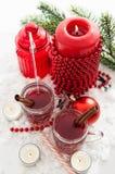 两杯被仔细考虑的酒和蜡烛与圣诞节装饰 免版税图库摄影