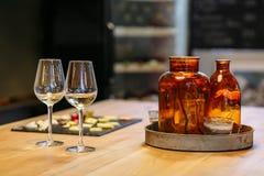 两杯酒和乳酪在桌上 免版税库存图片