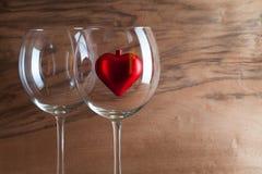 两杯酒和红色心脏 免版税库存图片