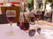 两杯酒和水罐 免版税库存照片