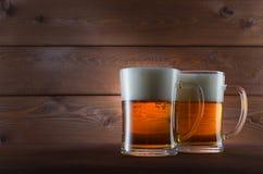 两杯金黄啤酒 免版税图库摄影