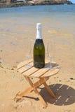 两杯香宾和瓶在天堂海岛 免版税库存照片