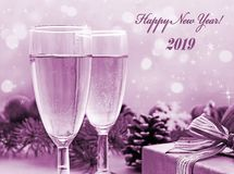 两杯香槟、礼物和圣诞装饰 免版税库存照片