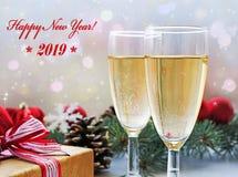 两杯香槟、礼物和圣诞装饰 库存照片