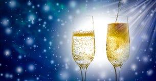 两杯香槟与泡影和嘶嘶响的酒特写镜头,在美好的圣诞节和新年的背景 免版税库存图片