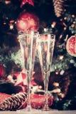 两杯香槟有圣诞树背景和晶石 库存照片