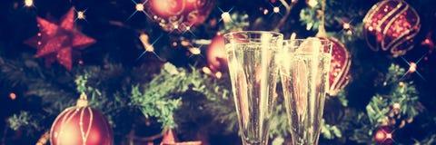 两杯香槟有圣诞树背景和晶石 免版税库存照片