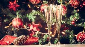 两杯香槟有圣诞树背景 节假日 免版税库存照片