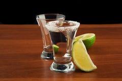 两杯龙舌兰酒、盐和石灰 图库摄影