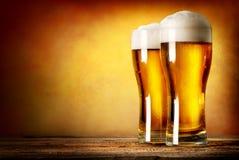 两杯贮藏啤酒 库存图片