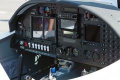 两架位子小型飞机天鹰座AT01-100电子飞行仪表系统  免版税库存图片