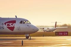 两架涡轮螺旋桨发动机飞机以前离开 免版税库存图片