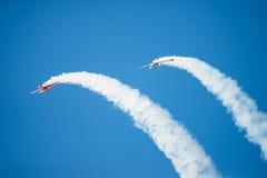 两架特技飞机执行轻碰 库存照片