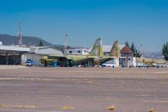 两架老军用飞机在等待的小型飞机场停放了被修理 免版税库存图片