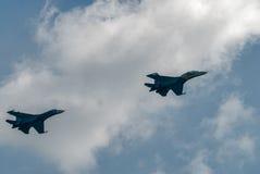 两架苏-27战斗机被投入的弯 库存照片