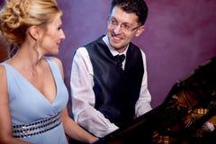 两架钢琴音乐家钢琴音乐使用,妇女和人 免版税库存图片