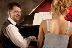 两架钢琴音乐家钢琴音乐使用,妇女和人 库存图片
