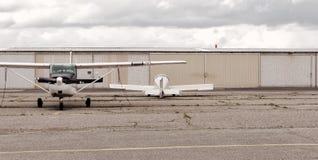 两架飞机准备好飞行 库存图片