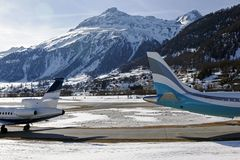 两架飞机用不同的方向在圣盛生镇瑞士在阿尔卑斯 免版税库存图片