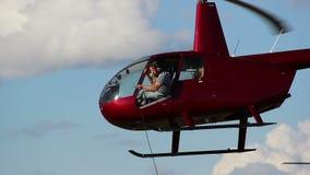 两架直升机飞行紧密,直升机比赛,危险,救援活动 影视素材