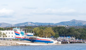 两栖飞机Beriev是200ES `牵牛星`去Gelendzhik港口水为离开 免版税库存照片