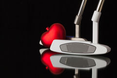 两根不同高尔夫球轻击棒和红色心脏 免版税库存图片