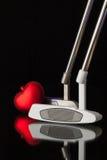 两根不同高尔夫球轻击棒和红色心脏 库存图片