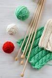 两根明亮的样式、毛线球和针编织的 免版税库存图片