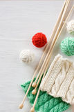 两根明亮的样式、毛线球和针编织的 免版税库存照片