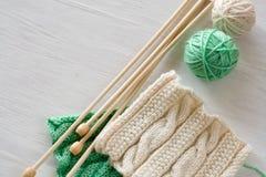 两根明亮的样式、毛线球和针编织的 库存图片