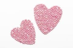 两桃红色心脏在白色背景洒 免版税库存图片
