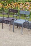 两棕色和有水滴的蓝色街道扶手椅子  库存图片