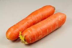 两棵未加工的红萝卜 免版税库存图片